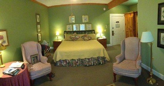 Highland Lake Inn & Resort Hendersonville: Room at Highland Lake Inn