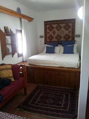 Maris Studios Lindos: Lovely bed!