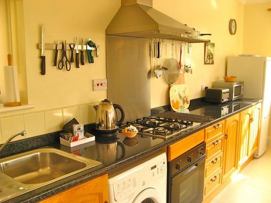 Cliffside House Accommodation: Fully fitted kitchen upper apartment