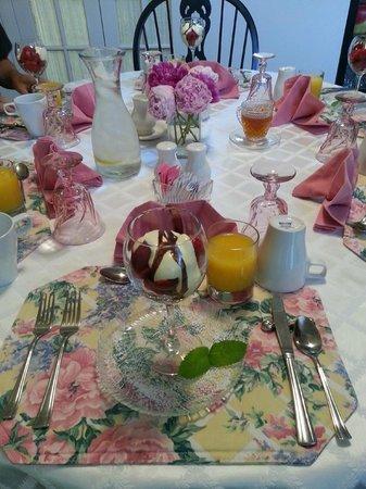Lamb's Rest Inn: Breakfast. Always color-coordinated!!