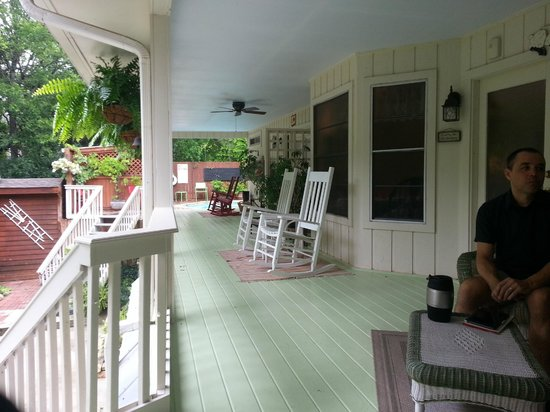 Lamb's Rest Inn: Front porch