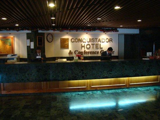 Conquistador Hotel & Conference Center: Front desk.