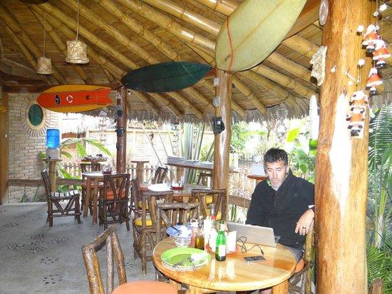 Balsa Surf Camp: Disfrutando el estupendo desayuno depués de surfear