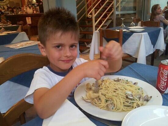 Ristorante Pizzeria il Mare : alle prese con spaghetti alle vongole. ..buonissime