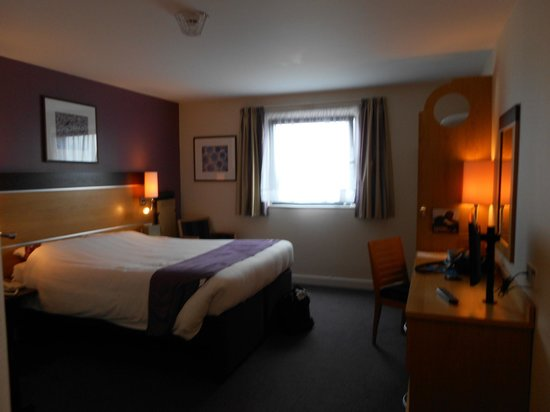 Premier Inn Dublin Airport Hotel: View of bed
