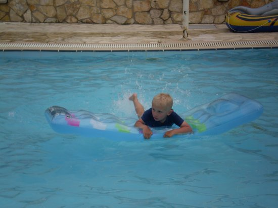Alykanas Village Hotel: Archie in the play pool