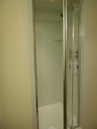 Premier Inn Dublin Airport Hotel: Shower