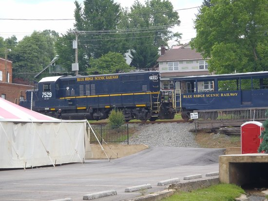 Train Stopped at McCaysville/Copperhill - Picture of Blue