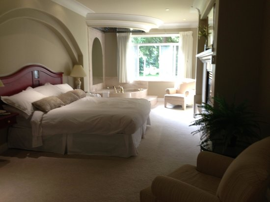 The Villas At Crown Isle Resort: Large Bedroom With Jacuzzi