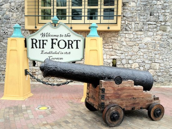 Renaissance Curacao Resort & Casino: Fort next to hotel