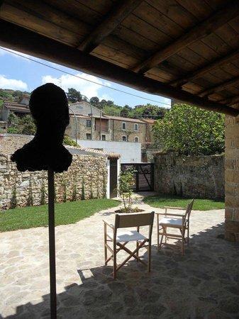 Collinas, Italy: giardino con sculture
