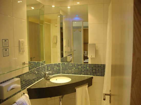 Holiday Inn Express, Ramsgate - Minster: Spotless Bathroom with fluffy white towels