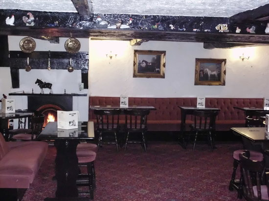 Horse and Farrier Inn: Fire lit in the seating area