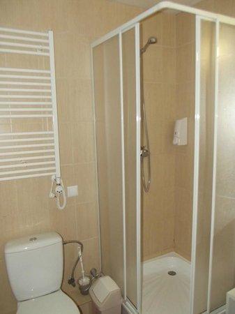 Corner Hotel: bathroom