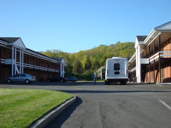 Americas Best Value Inn - Bridgewater : 2 buildings of the inn