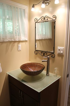 The Forest House B&B: Bathroom (fluctuating water pressure, but clean/tidy/neat)