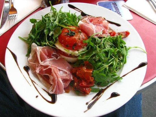 Madeleine : Tomato-mozzarella with salad & jambon serrano