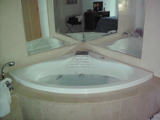 Club Gran Anfi: Jacuzzi in master bedroom