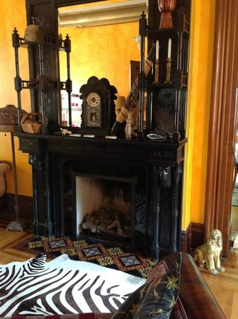 The Parador Inn of Pittsburgh: The fireplace in the sitting room