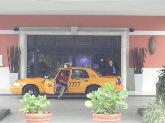 Miami Airport Marriott: Amplia puerta de ingreso