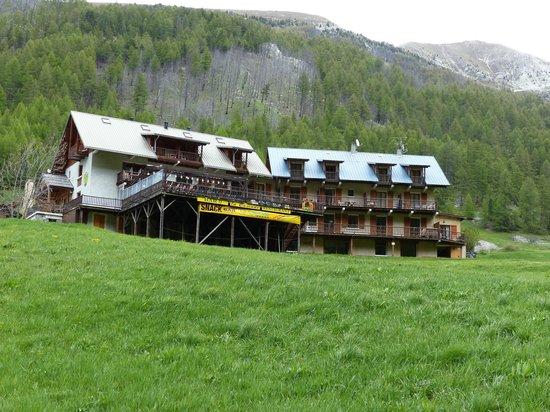 Logis La Cascade : L'hôtel et sa terrasse