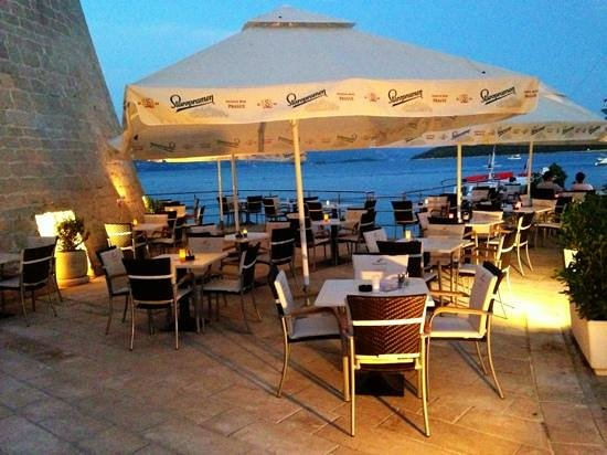 Bistro Fly-In Korcula: lazy drinks by the Sea