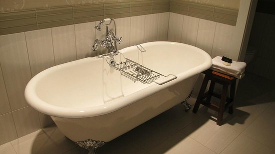 McMillin Suites at Roche Harbor Resort: Wonderful claw foot tub -the rack is to rest your book upon as you soak...ah!