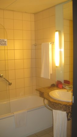 NH Budapest City: bathroom