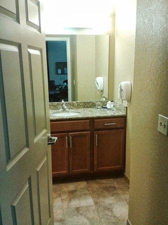 Candlewood Suites Hazleton: More Bathroom