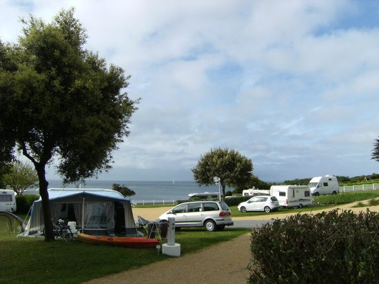 Arzon, France : Blick über den Campingplatz zum Strand
