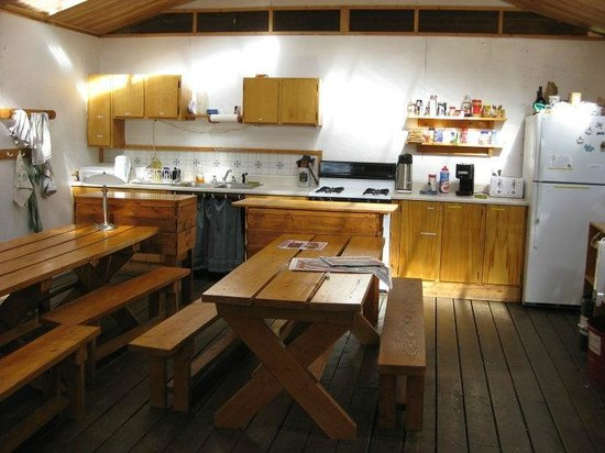 Sven's Basecamp Hostel: Community kitchen