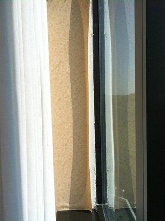Hilton East Brunswick Hotel & Executive Meeting Center: Peeling wall paper