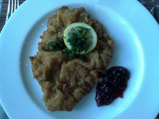 Naschmarkt Restaurant: Weiner Schnitzel (breaded veal cutlet) was perfect and loved being paired with German beer