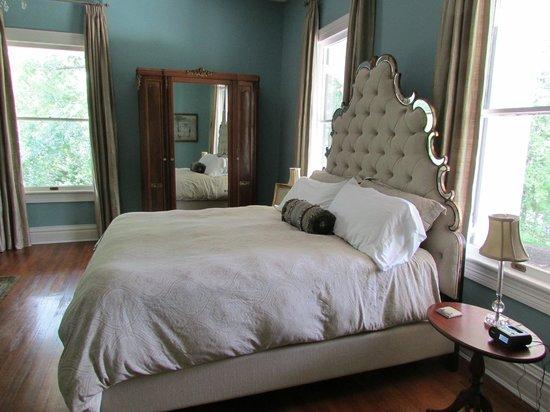 The Twelve Oaks Bed & Breakfast: Mirror room