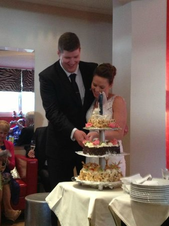 Hotel Heitzmann: Cutting our traditional Austrian cake