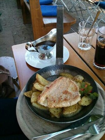 Wirtshaus zur Marienburg: Bergbauerschnitzel filled with bacon and cheese