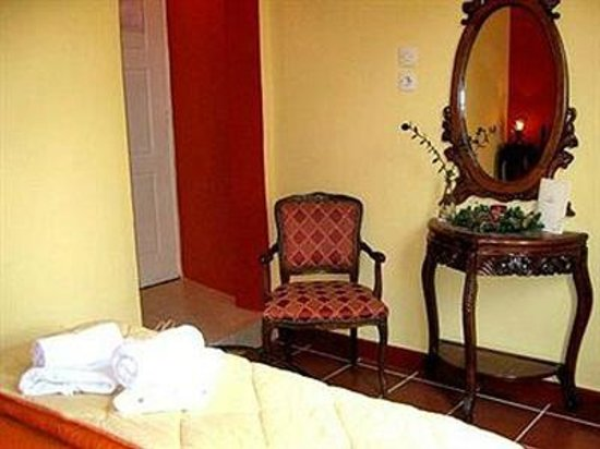 Atheaton Traditional Guesthouse: classical room with balcony