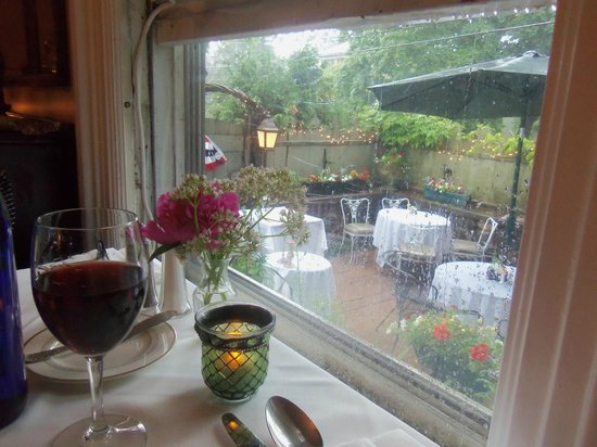 Vienna Historic Inn and Restaurant : Inside dining room overlooking patio terrace.