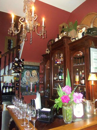 Vienna Historic Inn and Restaurant: Entry way bar and stair chandelier.