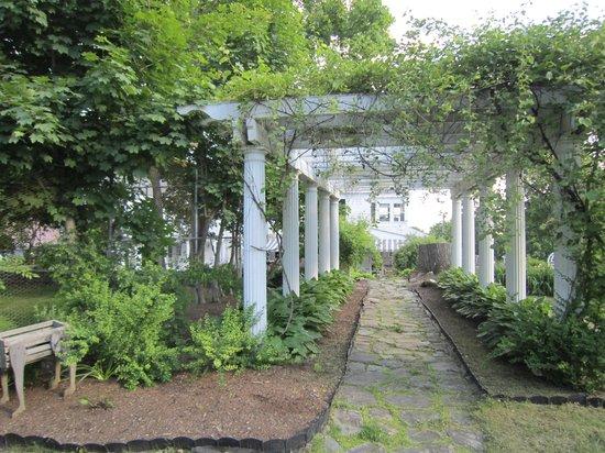 The Brewster Inn: Pergola in the Garden