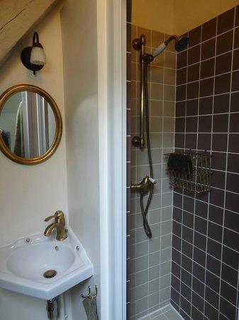 Le Clos des Hautes Loges près d'Etretat : Charmante salle d'eau, petite mais efficace.