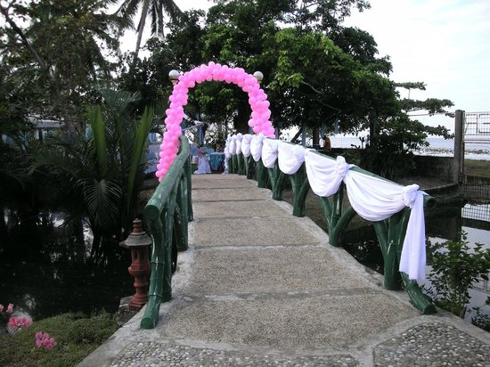 Chateau Du Mer Beach Resort: bridge decorated for a wedding ceremony