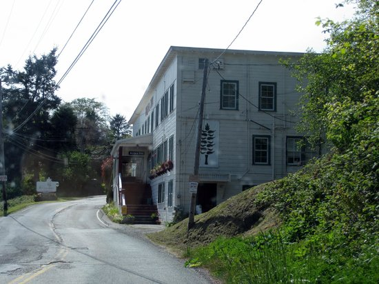 Historic Requa Inn: Requa Road goes right by the Inn