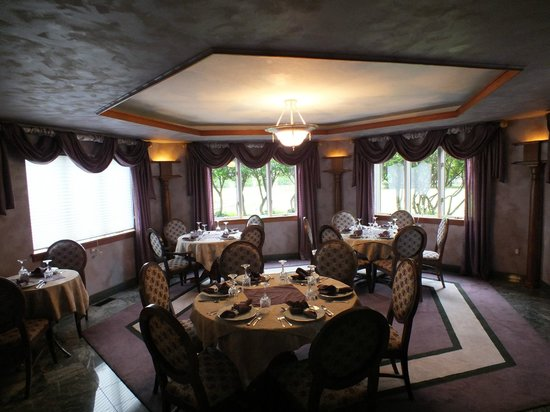 Twin Pine Manor Bed & Breakfast: Dining room