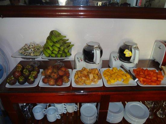 Holiday Diamond Hotel: fruit for breakfast