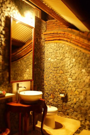 Puri Mas Boutique Resort & Spa: The lovely outdoor bathroom
