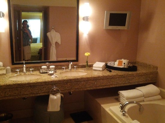 The Canyon Suites at The Phoenician: Bathroom