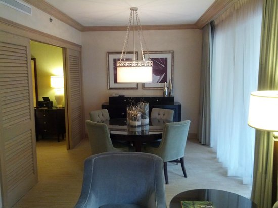 The Canyon Suites at The Phoenician: Dining table