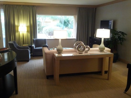 The Canyon Suites at The Phoenician: Living room