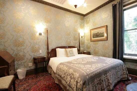 Monte Cristo Bed and Breakfast: Mayfair Soundproof Windows LED lights Alabaster Chandelier